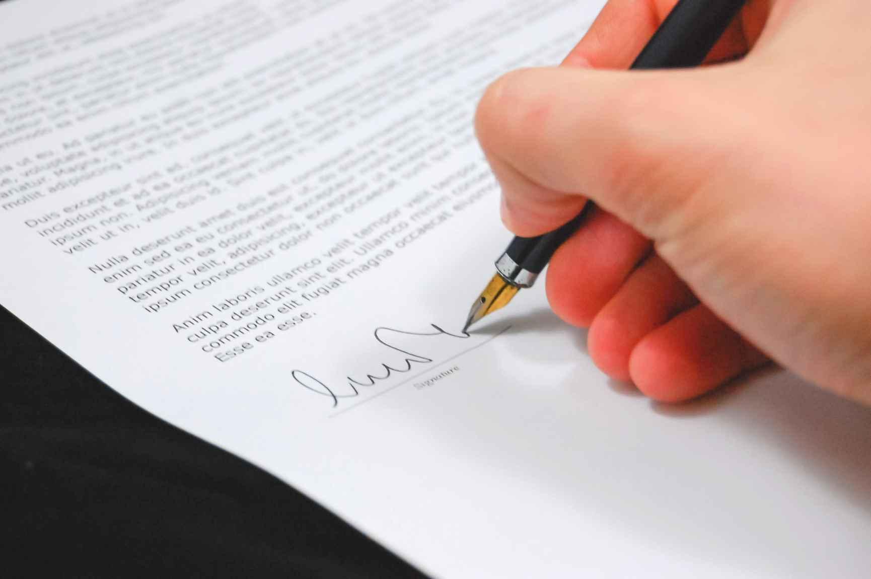 Signature contract vs agreement